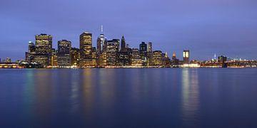 Lower Manhattan Skyline in New York in de avond, panorama van