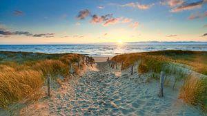 Zonsondergang bij een strandopgang aan de Noordzee van Jenco van Zalk
