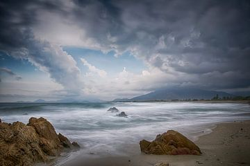 Sardinië, Italië, zonsondergang op strand Villaputzu van Ineke Nientied