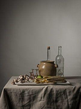 Modernes Stillleben mit Spargel, Limetten und Muscheln [rechteckiges Porträt]. von Affect Fotografie