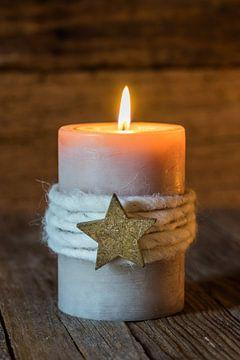 Kerstmis achtergrond met Advent kaars met ster vorm ornament op hout van Alex Winter