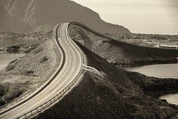 Bridge at the atlantic road Norway van Marc Hollenberg
