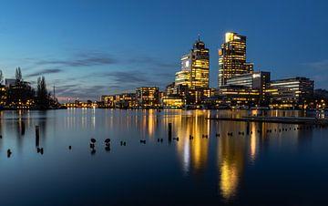 Hochhäuser an der Amstel während der Blauen Stunde von Remy Kremer