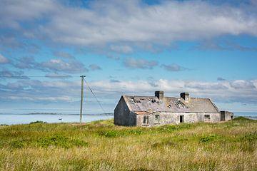Altes Cottage an der Küste Irlands von Bo Scheeringa