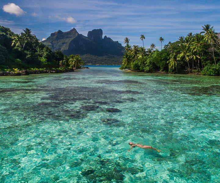 Drijven in lagune van Bora Bora van Ralf van de Veerdonk