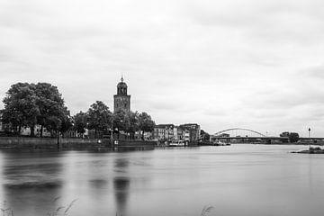 Stadtbild Deventer mit IJssel und Lebuinus Kirche, schwarz-weiß von Patrick Verhoef