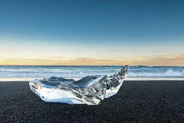 Delicaat stuk ijs aangespoeld op het as strand van Jokulsarlon in IJsland van Sjoerd van der Wal
