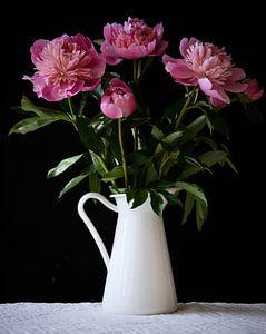 Nature morte de pivoines roses dans une cruche blanche sur Photos by Aad