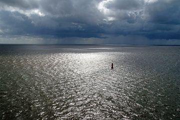 lage donkere wolken over zee van wil spijker