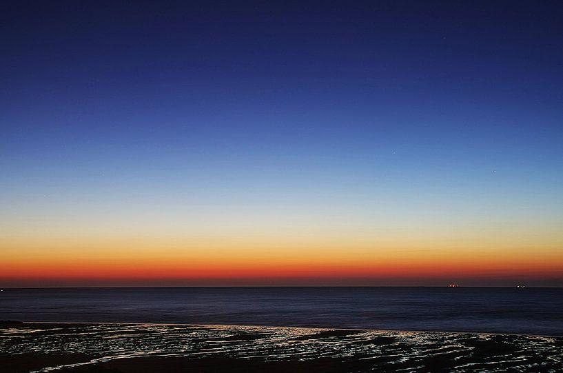 Blauwe uur Strand Houlgate Normandië III van Watze D. de Haan