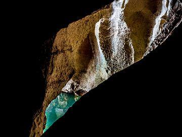 Grotte d'eau bleue azur sur Stijn Cleynhens