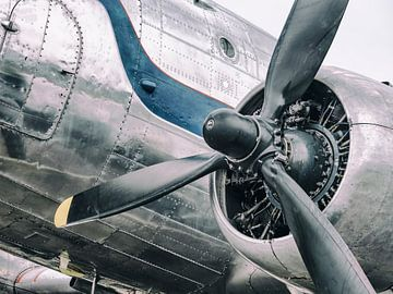 Vintage Douglas DC-3 propellor vliegtuig klaar voor vertrek van