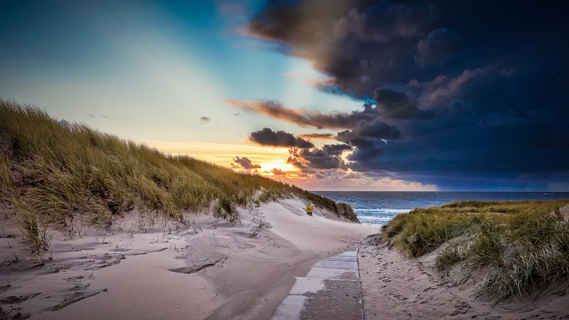verlaten strandopgang van eric van der eijk