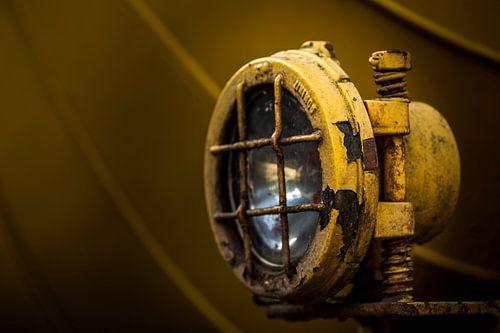 Details van een lamp van een  oude verlaten trein op een doodlopend spoor. van