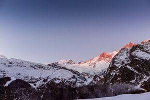 Gouden zonsopkomst over de besneeuwde toppen