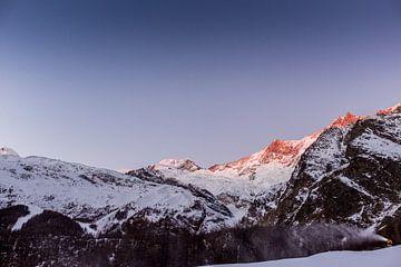 Gouden zonsopkomst over de besneeuwde toppen van