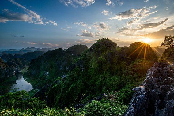 Zonsondergang over de toppen van Ninh Binh