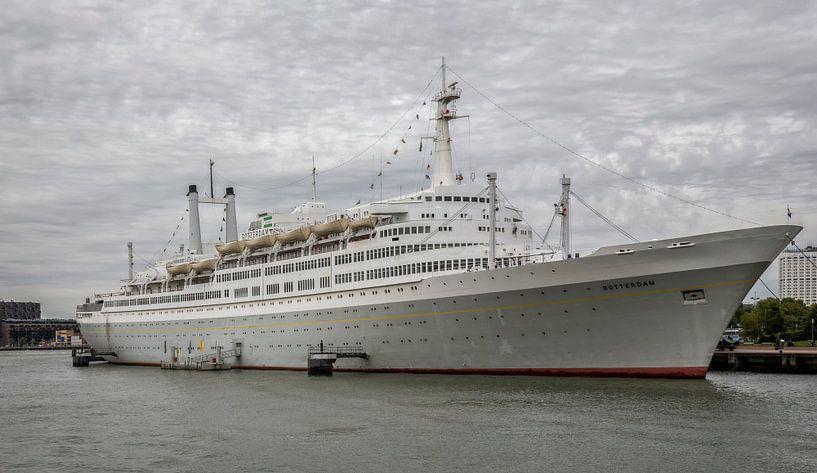 SS Rotterdam afgemeerd in de Maashaven van John Kreukniet