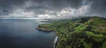 Vue aérienne d'une région côtière sur Sao Miguel sur Jonas Weinitschke