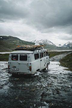 Russische 4x4 bus door rivier in Mongolië van Tom in 't Veld
