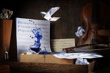 Spritzende Tinte auf dem rustikalen Arbeitsplatz eines Musikers mit Noten, Geige, Fußabdrücken und e
