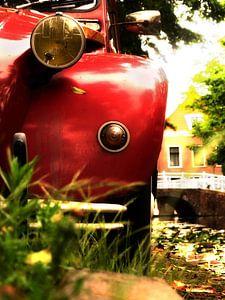 Rode Citroën 2cv aan de gracht van Delft