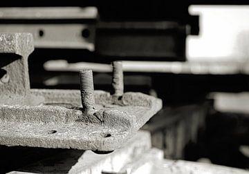 Schraube mit Gewinde an einem verrosteten Bauteil auf einem Schrottplatz von Heiko Kueverling
