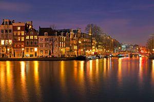 Stadsgezicht van Amsterdam bij nacht in Nederland