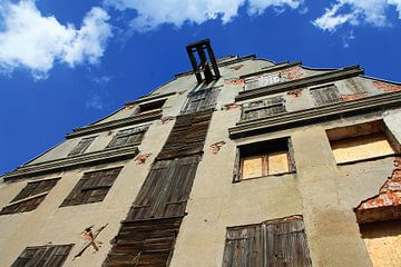 Oud vervallen gebouw met luiken en een katrol in Wismar, Duitsland. Unesco Erfgoed. van e-STER design