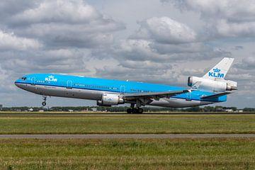Take-off van de legendarische MD-11. Deze MD-11  van de KLM (PH-KCB) stijgt op van de Polderbaan op  van Jaap van den Berg