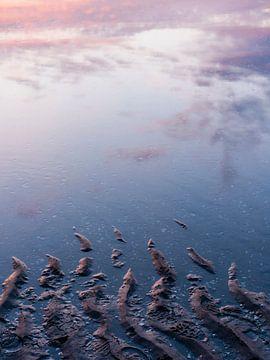 Ondergaande zon weerspiegeld in opkomend water van Laura-anne Grimbergen