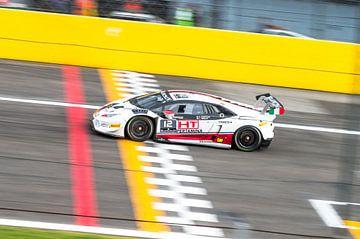 Der Lamborghini Huracan GT3 fährt über die Ziellinie von Davy Vernaillen