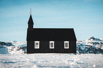 Schwarze Kirche in Island von Abby's Voyage