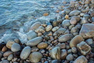 Stenen strand   in Ierland van By Foto Joukje
