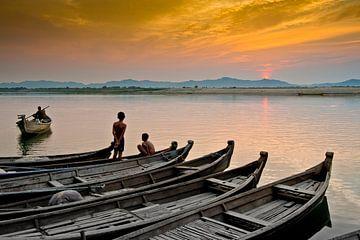 Bootjes op de Irrawaddy rivier Bagan in Myanmar tijdens zonsondergang. van Ron van der Stappen