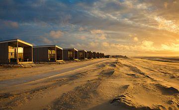 Strandhuisjes aan de kust bij zonsondergang van iPics Photography