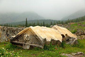 Landschapsfoto met een graf uit de oudheid in Pamukkale, Turkije | Reisfotografie.