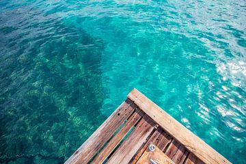 Curacao Bay van een pier van Charles Poorter