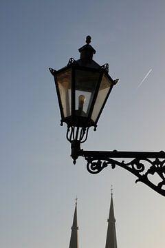 Delft, lantaarn op Markt met kerktorens Maria van Jesse kerk op Burgwal Delft van Anita Bastienne van den Berg