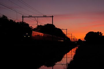 Trein met weerspiegeling tijdens zonsondergang I Haarlem I NS Sprinter van Floris Trapman