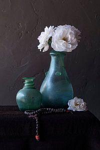 Stilleben mit weißen Rosen in grüner Vase und Rosenkranz