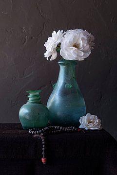 Nature morte avec des roses blanches dans un vase vert et un chapelet sur Affectfotografie