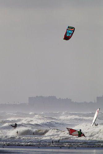 Kitesurfers en surfers in de Noordzee van