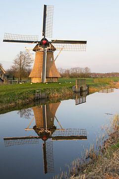 Oudkerker molen met weerspiegeling in de Nije Mear van Tim Groeneveld