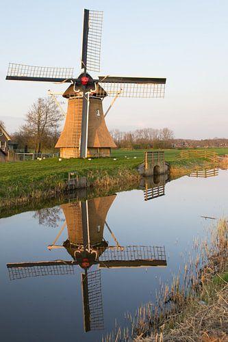 Oudkerker molen met weerspiegeling in de Nije Mear