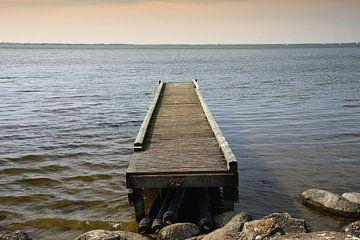 Houten steiger in meer van Yvonne Smits