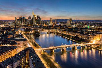 Frankfurt am Main Skyline nach Sonnenuntergang von Michael Valjak