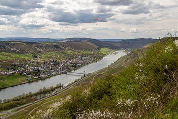 Uitzicht op het Moezeldal bij Bernkastel-Kues met de dorpen Wehlen en Zeltingen-Rachtig. van Reiner Conrad