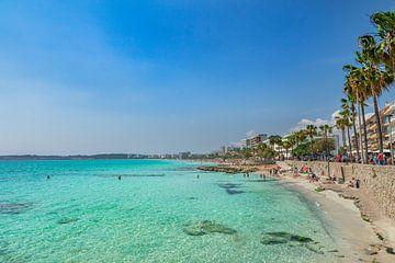 Zeewater aan de kust van het strand van Cala Millor op het eiland Mallorca, Spanje van Alex Winter