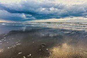 Zeegezicht met wolken boven de Noordzee